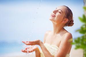 Frau mit Wasserstrahl