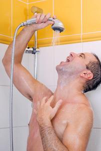 Mann in Dusche